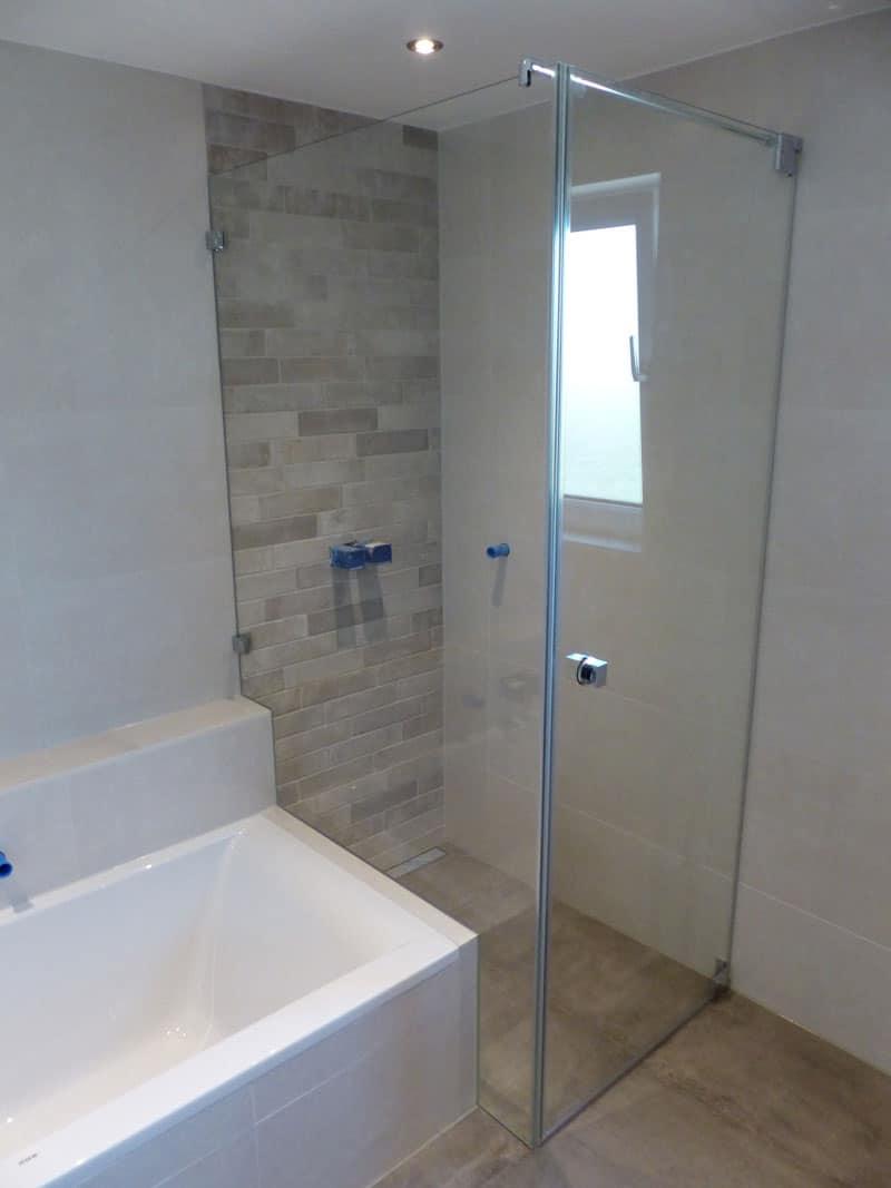 duschkabine-mit-auschnitt bei badewanne in peuerbach oö