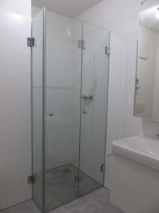 glasdusche-mit-falttüren für extrem kleines bad linz oö