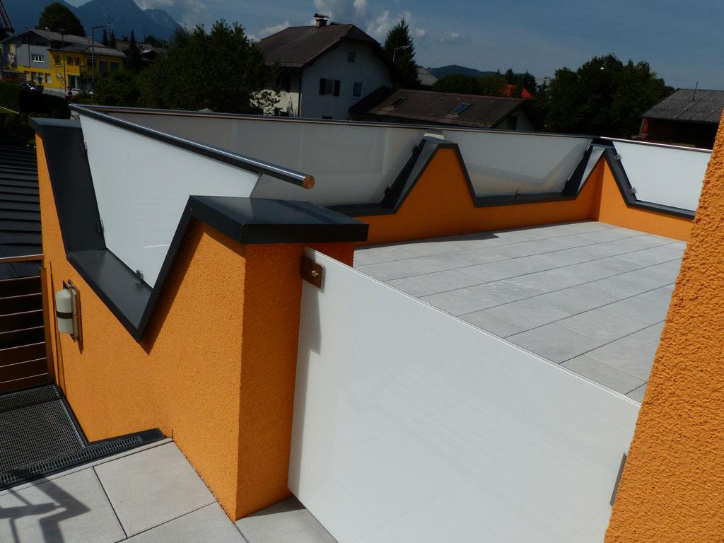 glasgeländer-in-mauer auf balkon spezialabsturzsicherung salzburg