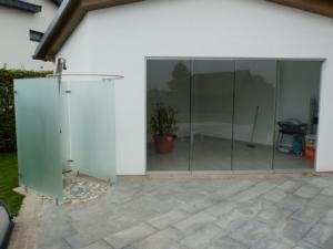 villenpooldusche-poolhausschiebewand bei seevilla oö